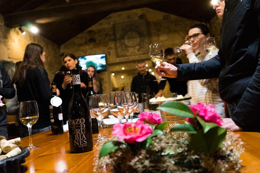 Futuros enólogos y sumilleres disfrutando y conociendo los vinos Albariños.